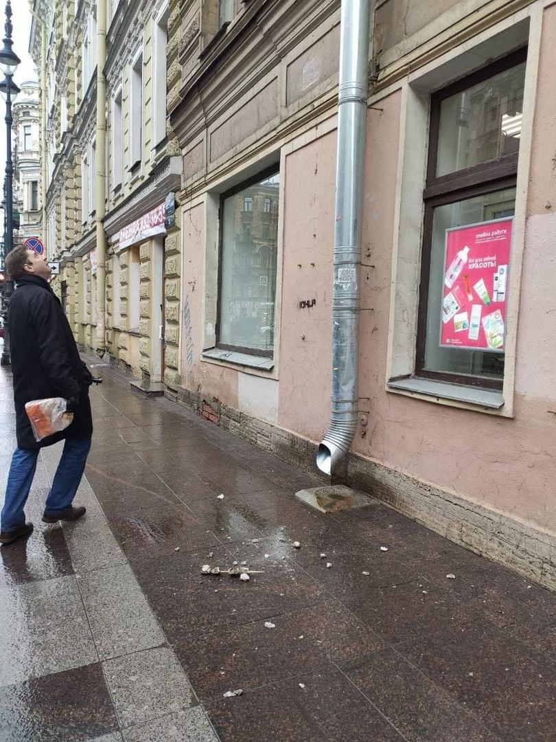 В центре опять на тротуар рухнул кусок штукатурки. В Центральном районе сегодня с фасада отвалился...