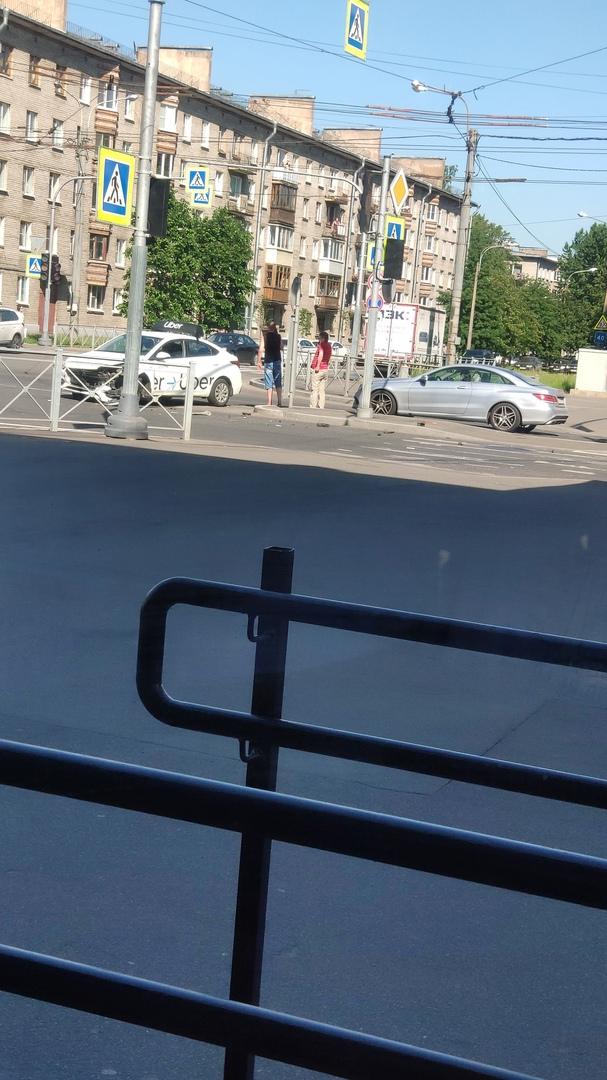 Пересечение Ланского шоссе и Новосибирской улицы. Мужчина в красной футболке водитель машины, котор...