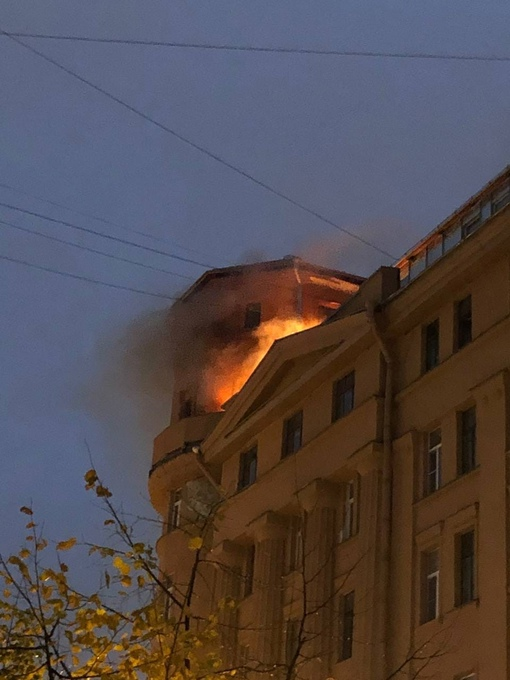 Пожар на крыше дома по адресу наб. Реки Карповки д.30 Службы уже приехали.