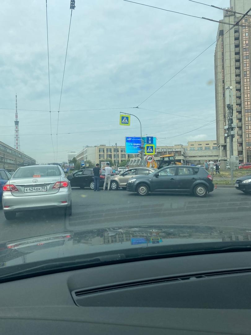 Поло задел Весту на Кантемировской в сторону Пертроградки
