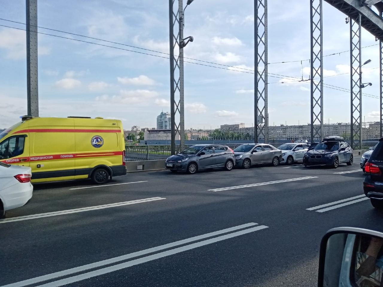 4 автомобиля столкнулись на Большеохтинском мосту по направлению в центр.