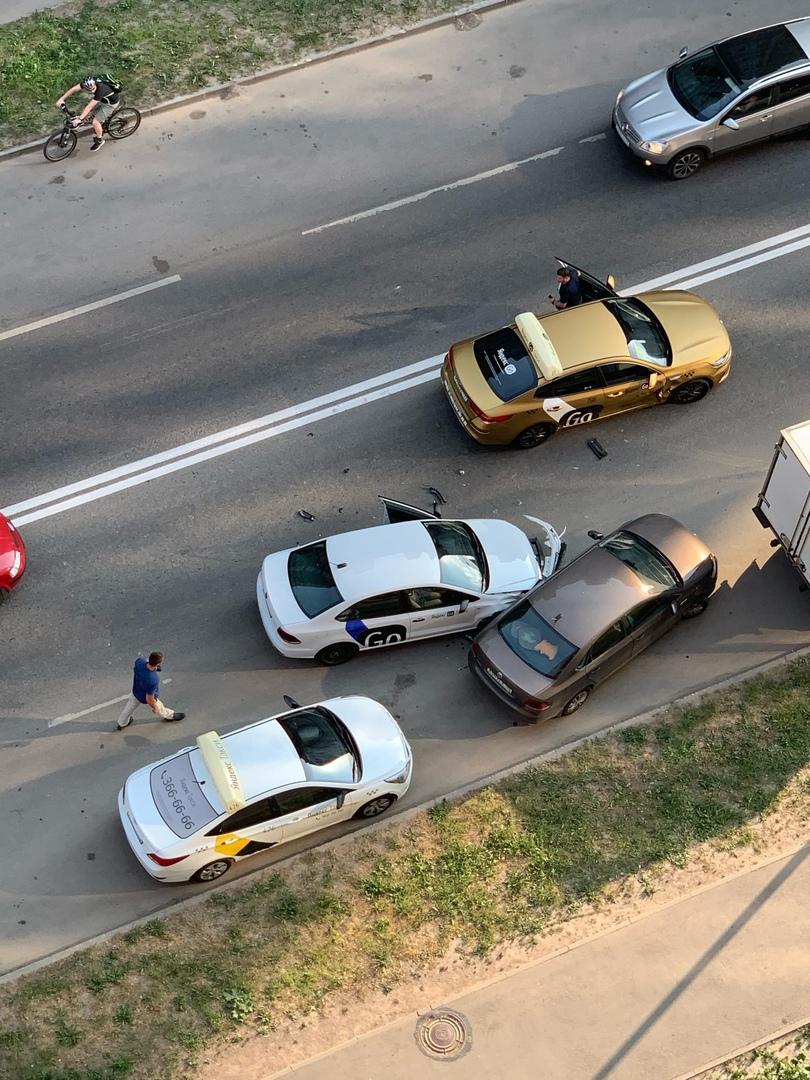 В Кудрове два Яндекс.Такси и Поло сообразили на троих