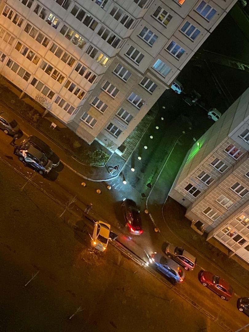 Авария на Туристской у дома 30к1. Стоит каршеринг и белая легковушка, похоже на лобовое.