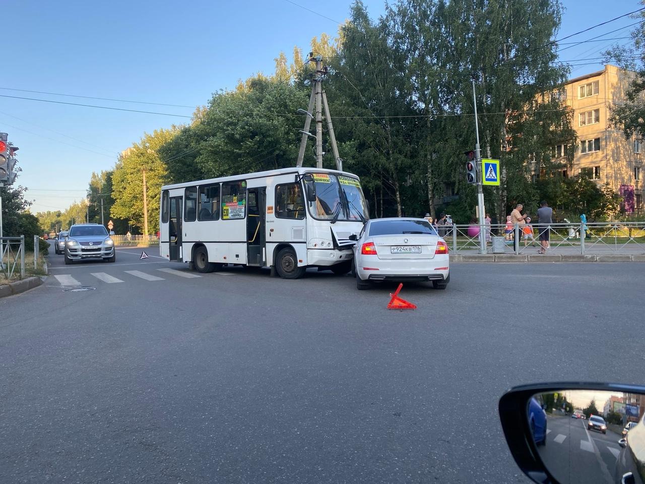 Во Всеволожске, на пересечении Ленинградской и Александровской произошло столкновение между Шкодой и...