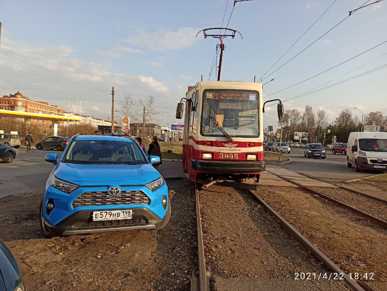 На Хошимина и Выборгского шоссе у Макдональдса, Toyota так припарковалась, что трамваю не проехать. ...