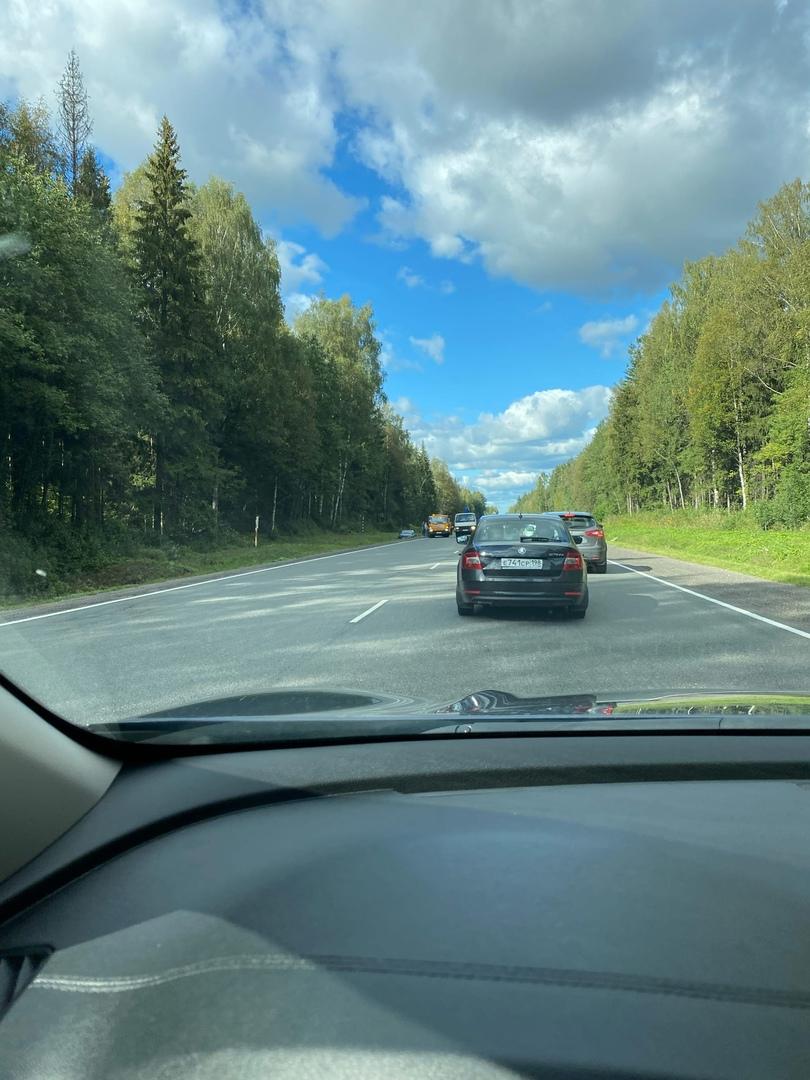ДТП на 68-м км Киевского шоссе в сторону Пскова. Skoda - в канаве, второй - в полосе на боку.