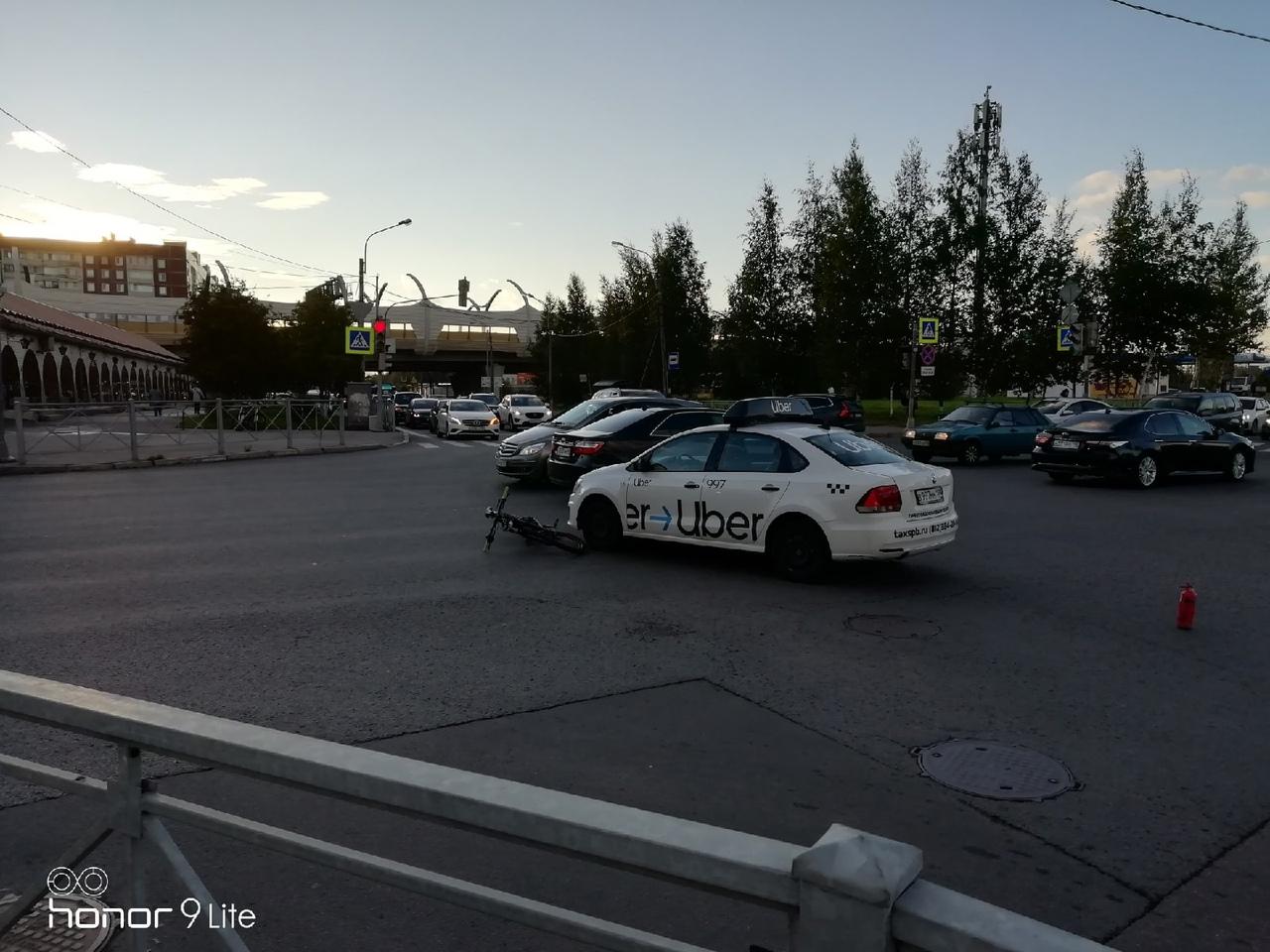 На пересечении Камышовой и Планерной не поделили дорогу таксист и велосипедистка. Все живы и здоровы...