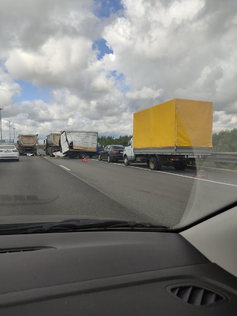 На внешней стороне КАД в сторону Мега-Парнас от проспекта Культуры грузовой MAN въехал в Газель.