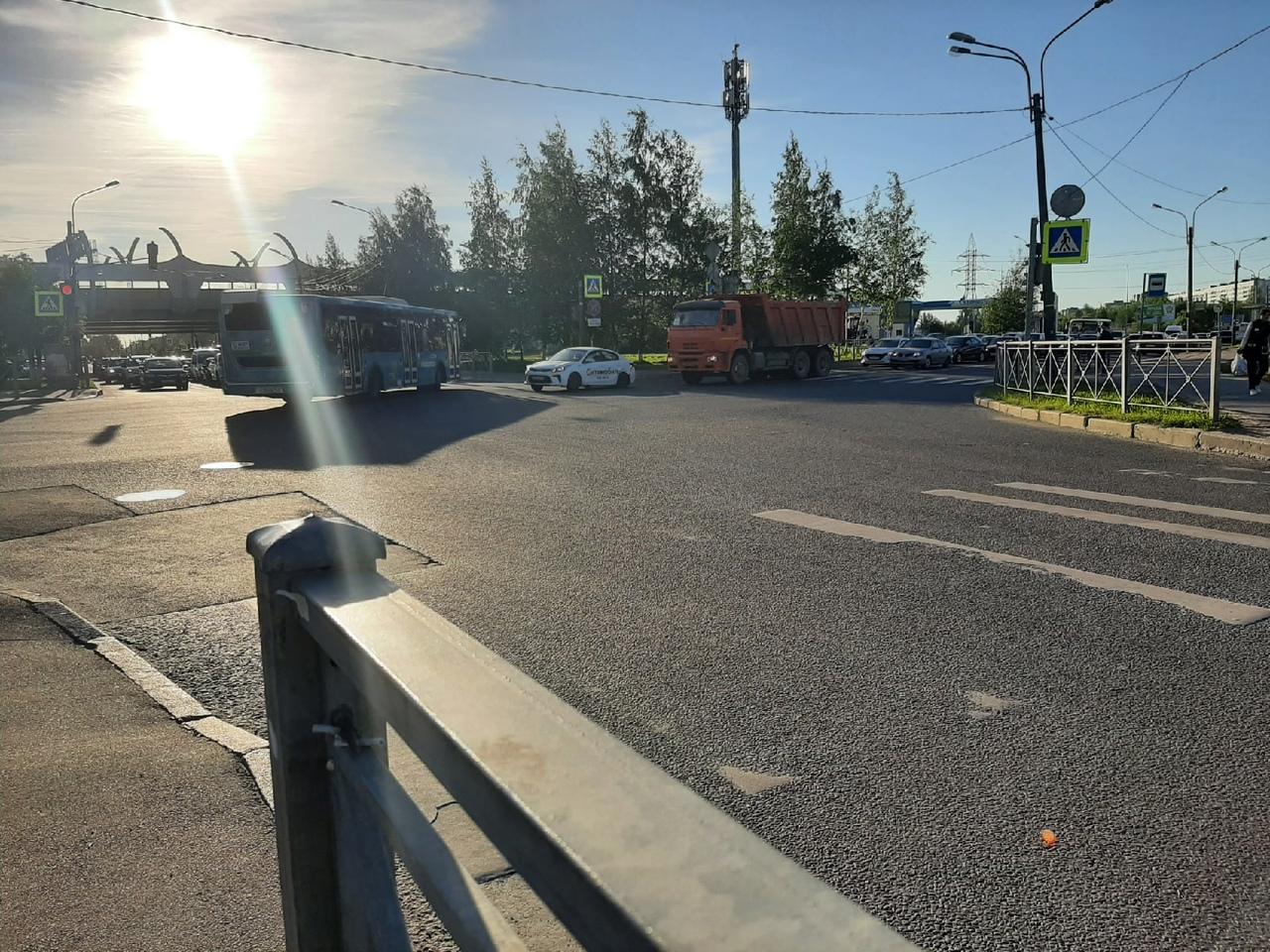 КАМАЗ и KIA сцепились на перекрёстке Планерной и Камышовой. Пробень от Долгоозерной уже