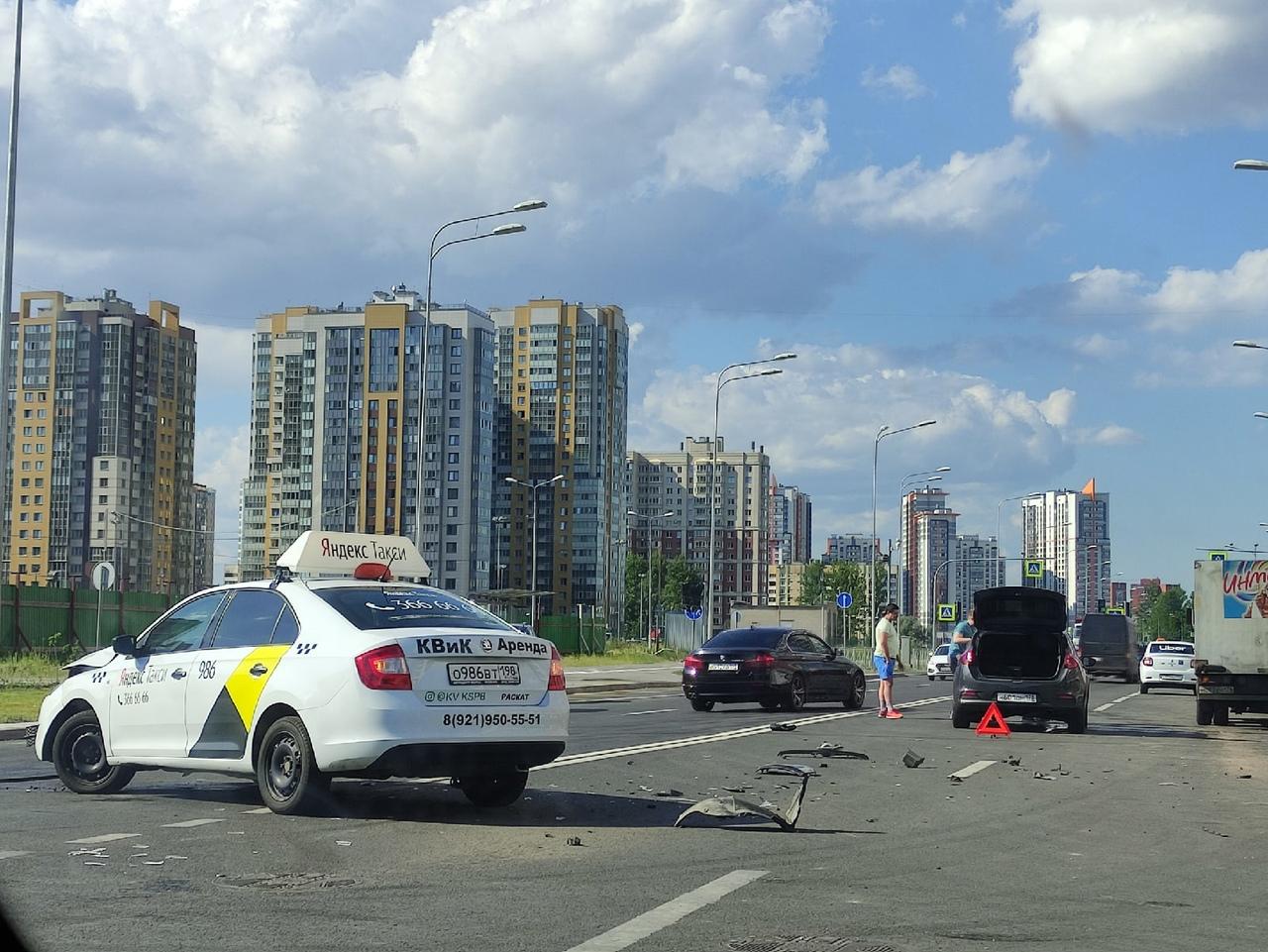 ДТП на Среднерогатской, похоже, таксист с дворов вывернул, а второй быстро ехал.