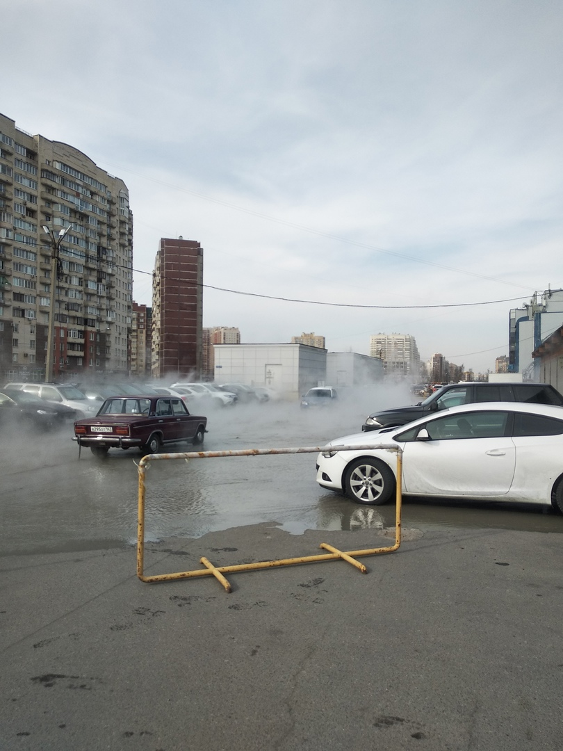 Прорвало трубу у ТЦ Меркурий на Беговой. В промоину провалилось 3 автомобиля. По адресу Савушкина, ...