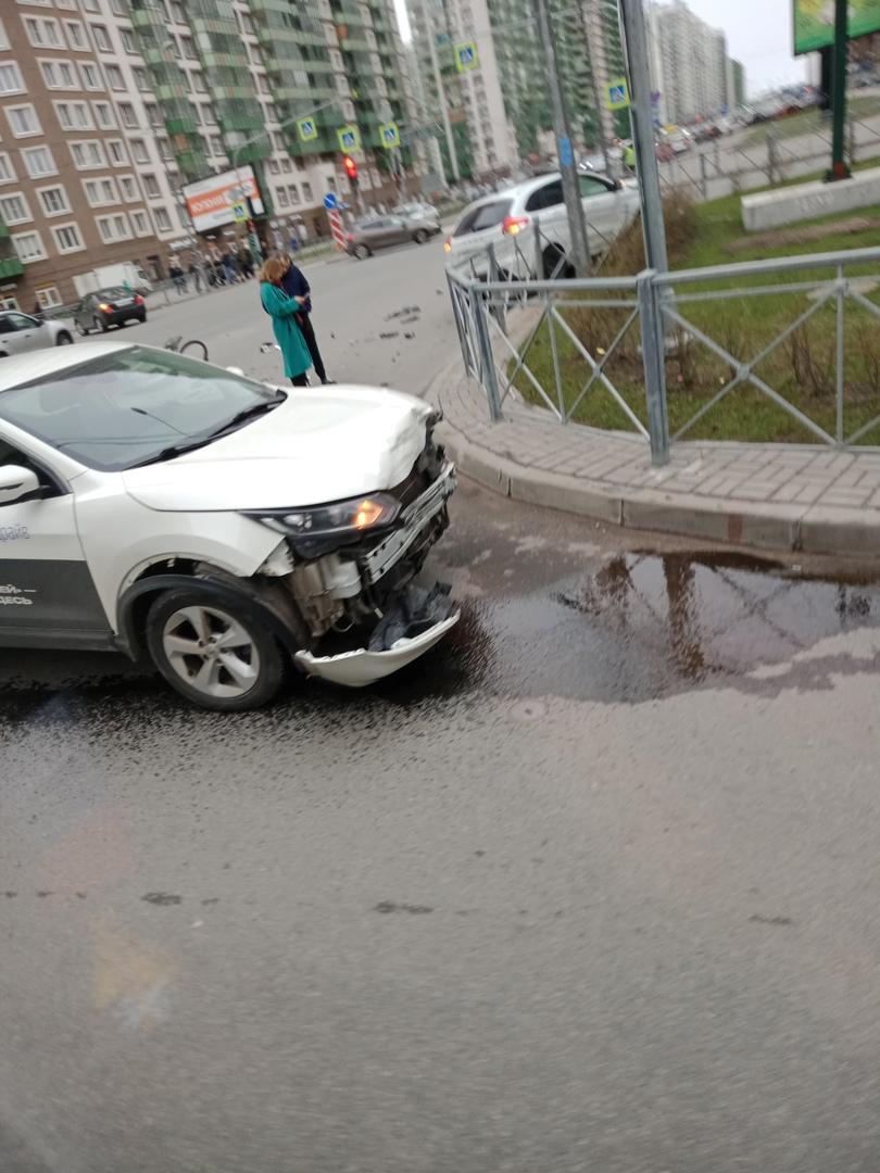 Каршеринглвый Нисан и Лада столкнулись на перекрёстке Шувалова и бульвара Менделеева в Мурине.