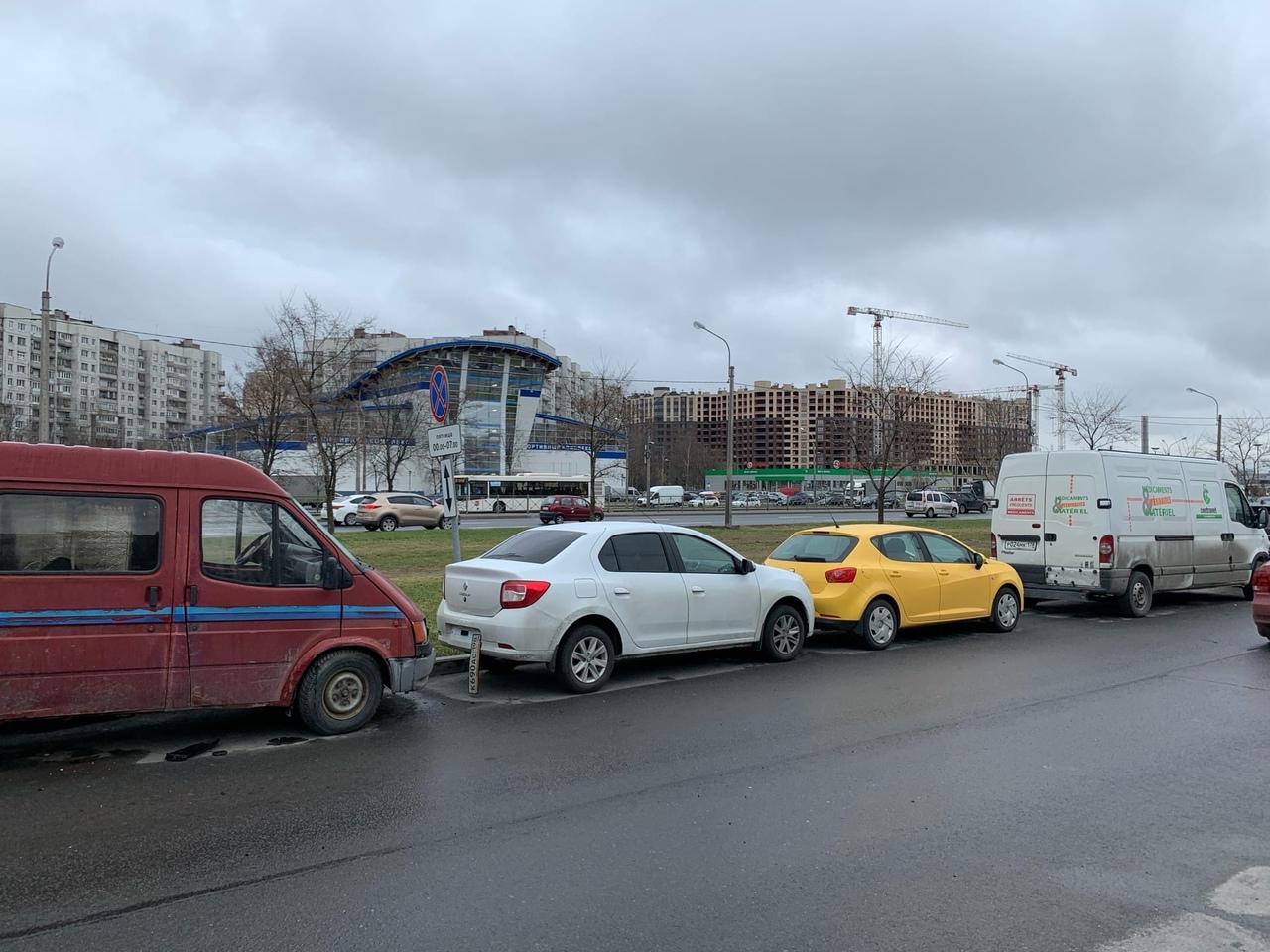 Вчера БМВ бился долго в кармане вдоль Дунайского проспекта у дома 51, многих цепануло.