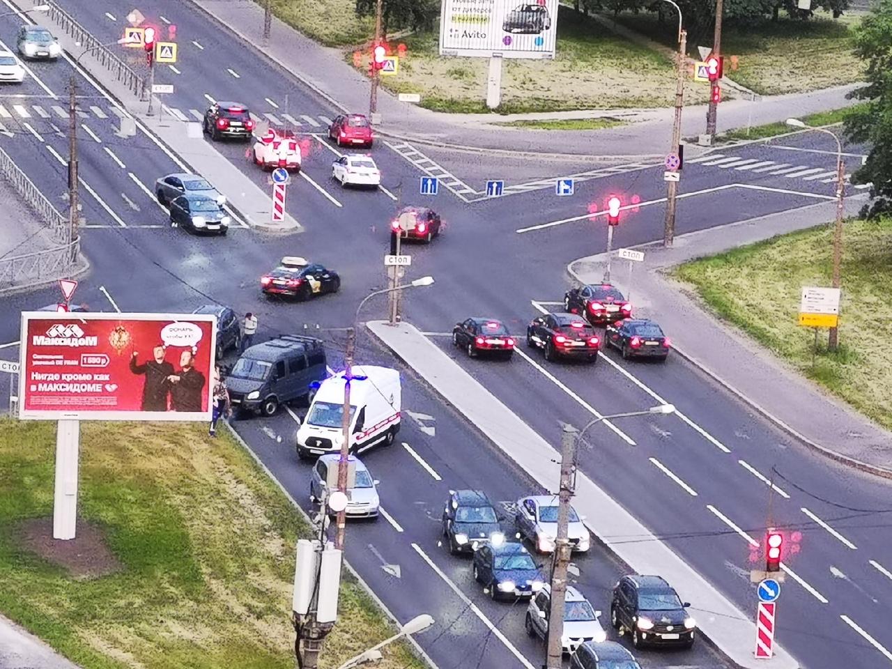 На перекрёстке Краснопутиловской и Варшавской - авария из трёх машин. Скорая приехала быстро.