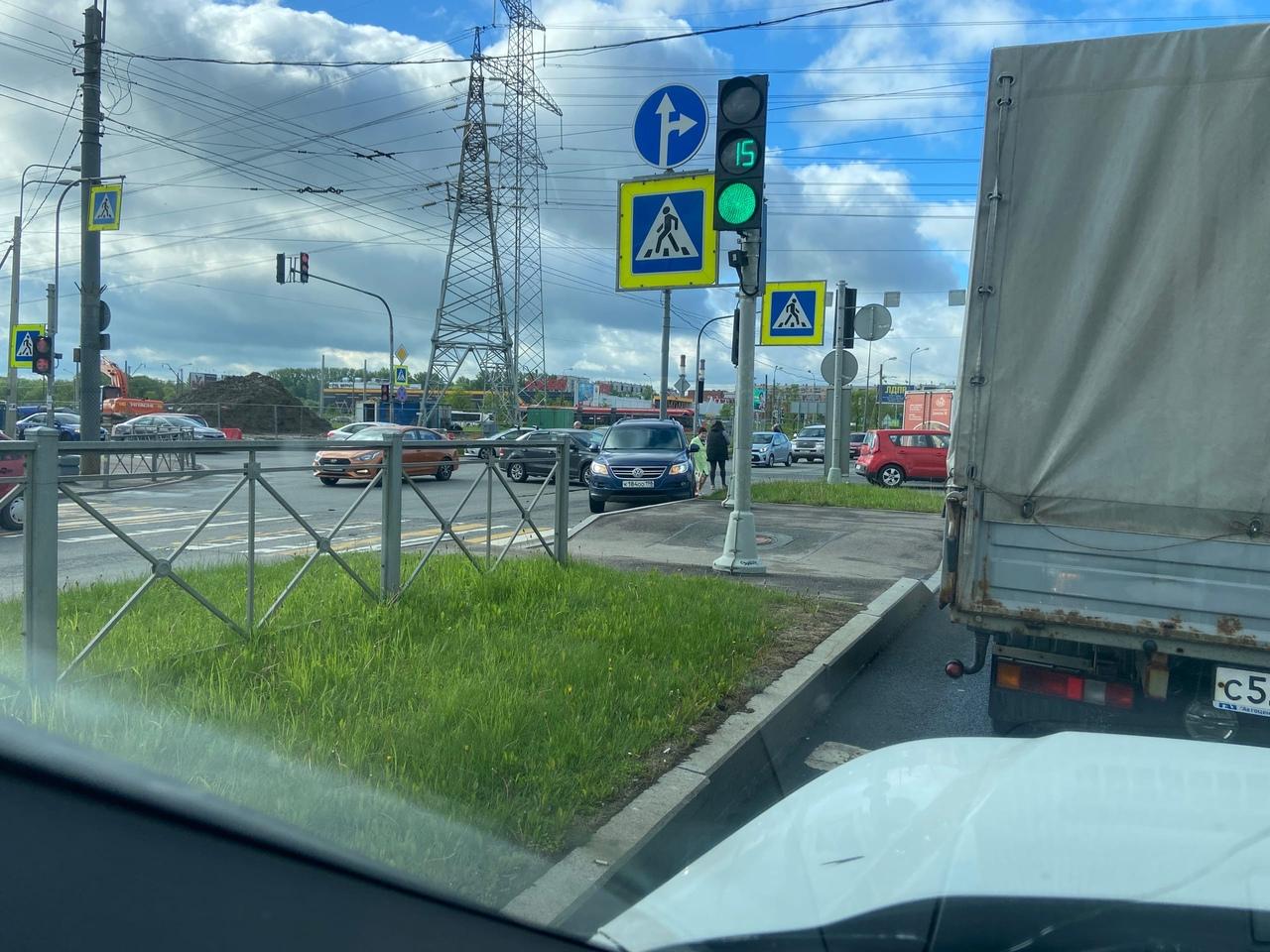 Встреча двух Фольксвагенов на перекрёстке Доблести и Петергофского.
