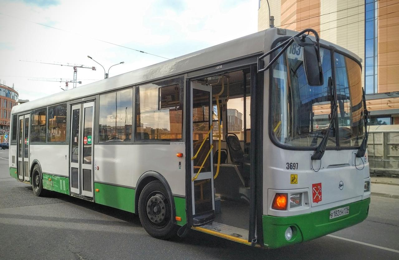 ЛиАЗ 183-го маршрута подрихтовал заднее крыло Hyundai, припаркованному на перекрёстке проспекта Энер...