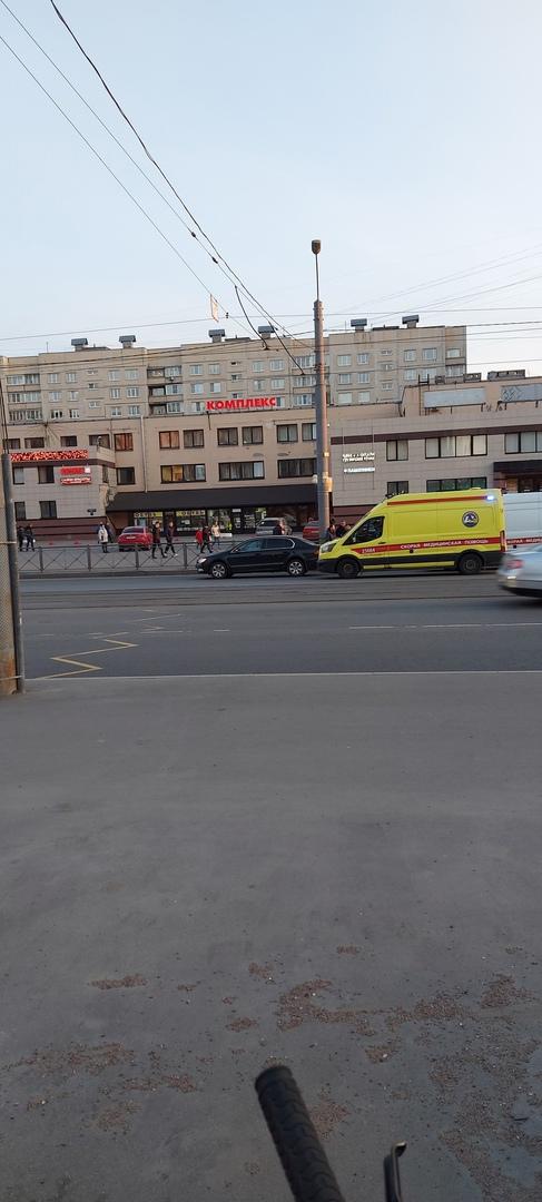 На Шлиссельбургском проспекте сбили тётю, которая вышла из трамвая, обошла его и пошла по встречке д...