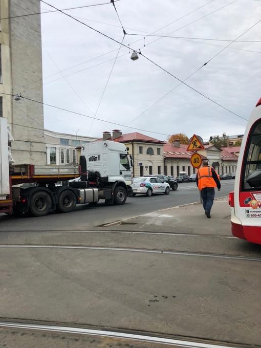 На Пролетарской рядом с церковью ДТП, трамваи стоят в обе стороны, у автомобилей движение незначител...