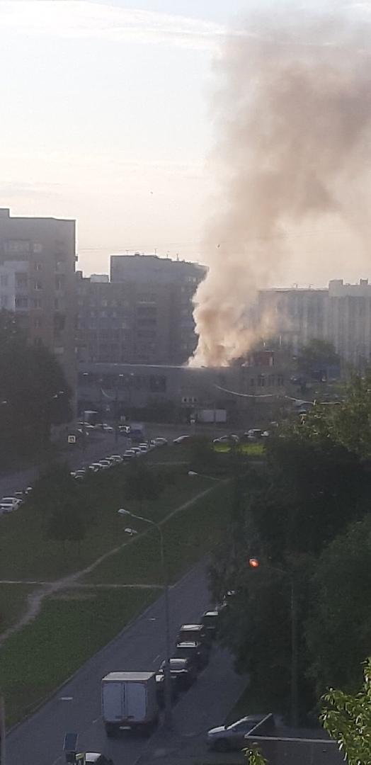 """В 13:17 поступило сообщение о пожаре по адресу: проспект Тореза, у дома 87. В автомобиле марки """"Рен..."""