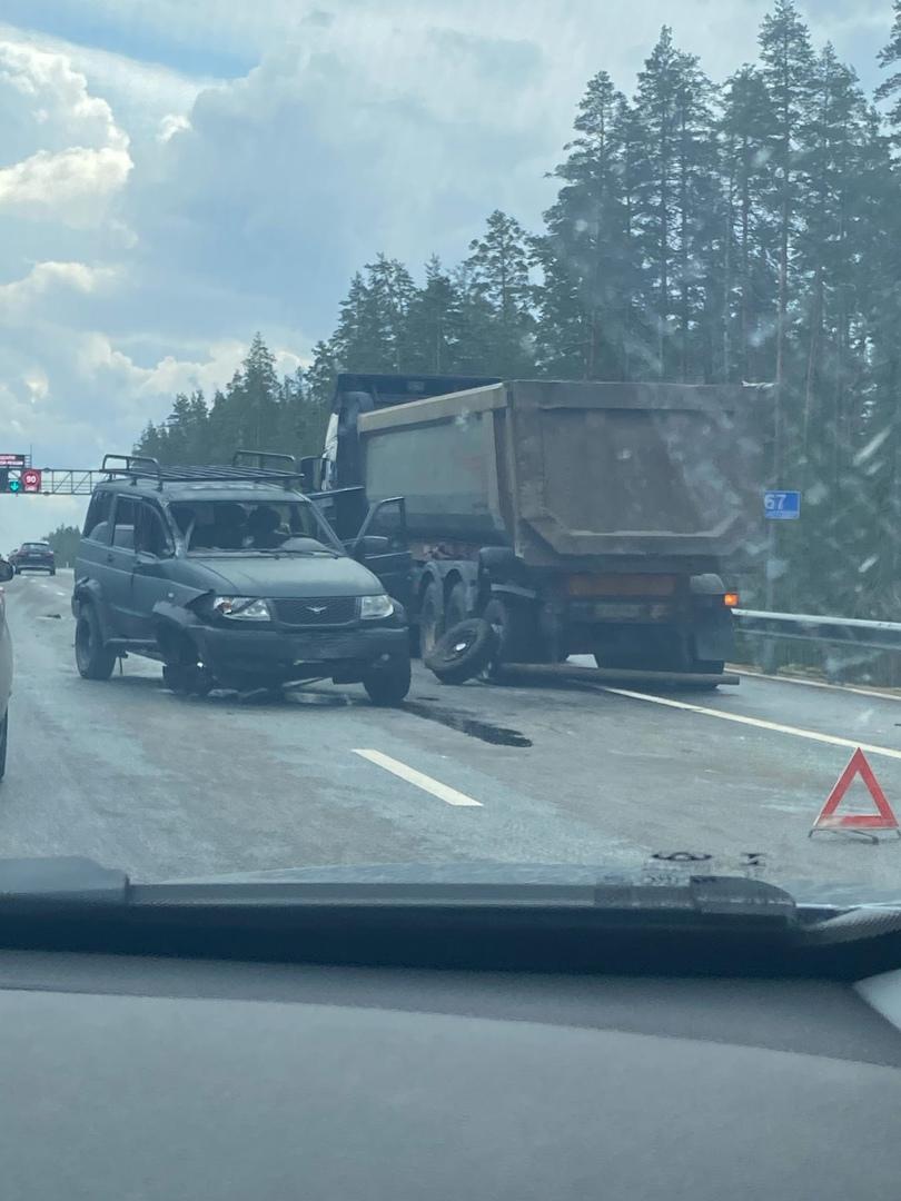 УАЗ Патриот пострадал от самосвала на Новоприозерском шоссе