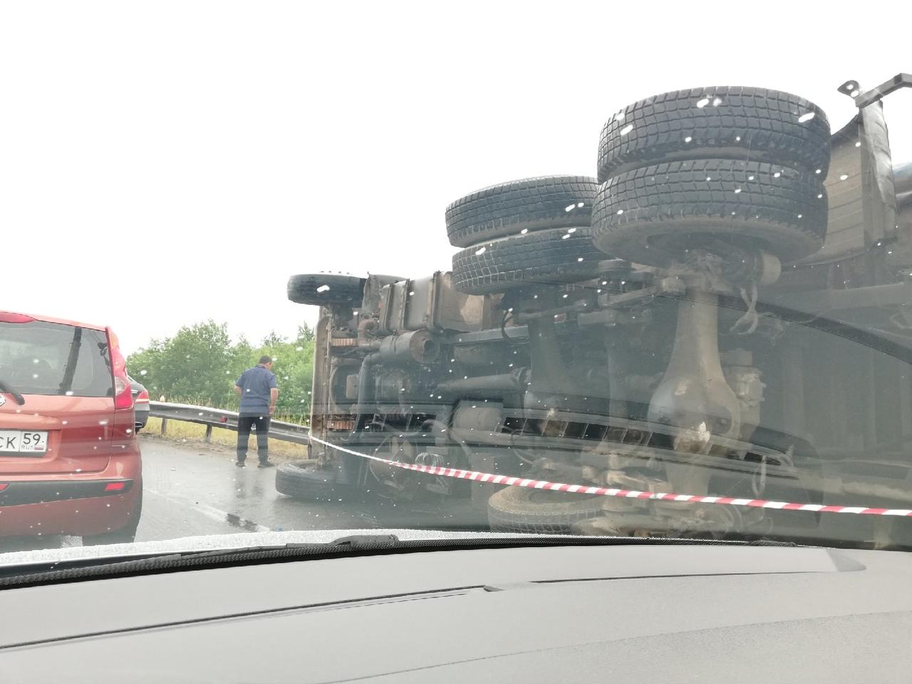 На путепроводе от Меги Дыбенко через Мурманское шоссе на бок прилег мусоровоз. Водитель ходит чешет ...