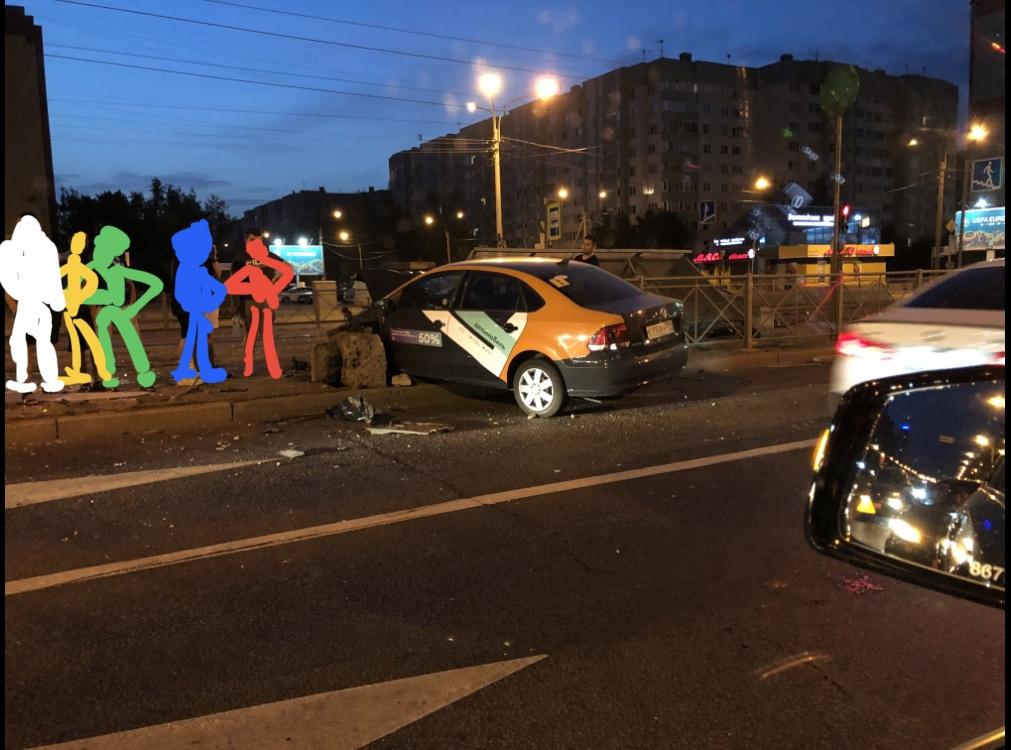 На перекрёстке улиц Савушкина и Яхтенной каршеринговод напал на поребрик и ограждение, уничтожив нес...