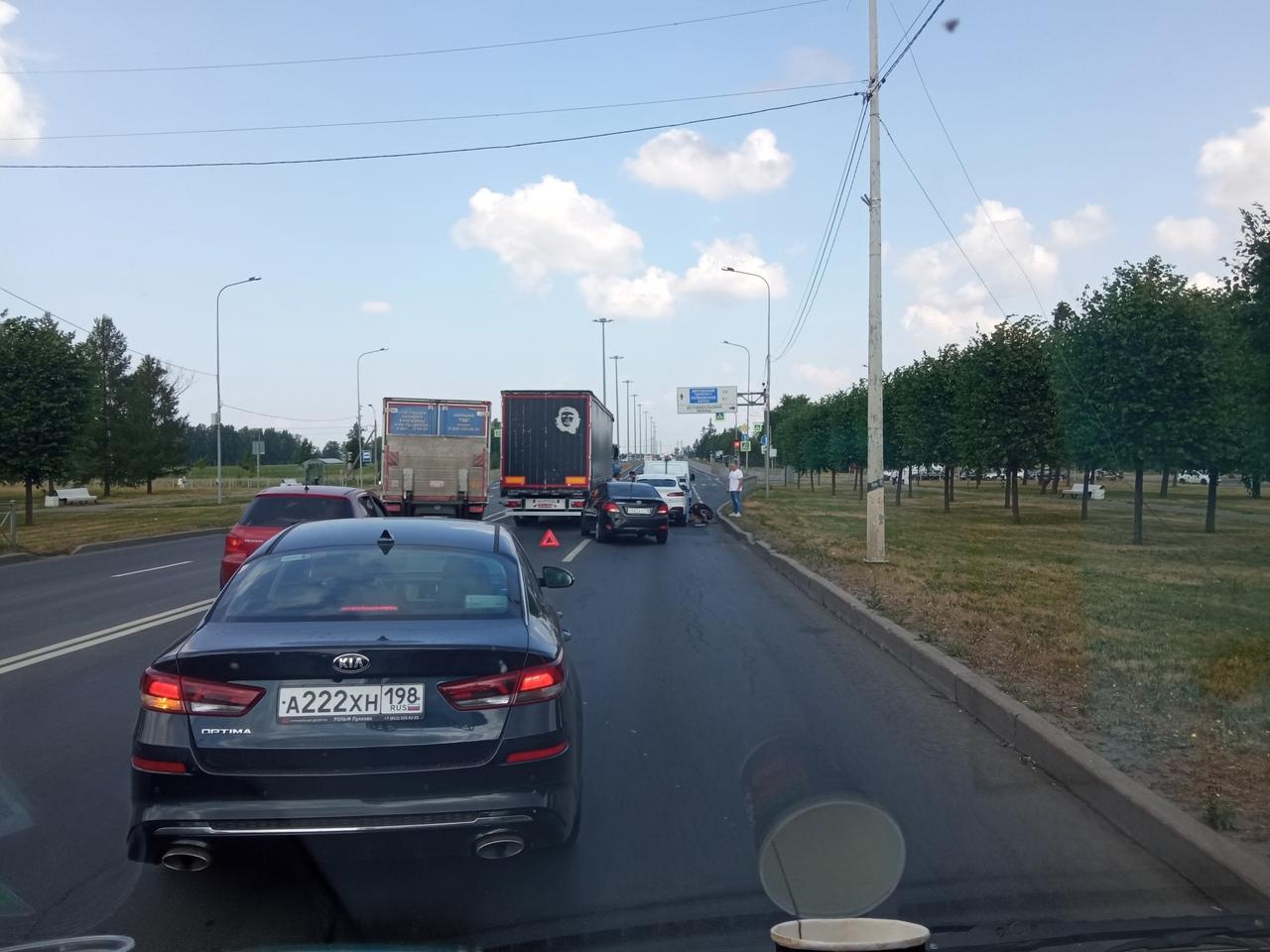 Легковушка залезла под большое и страшное и заблокировали выезд из города Пушкин в сторону Пулково. ...