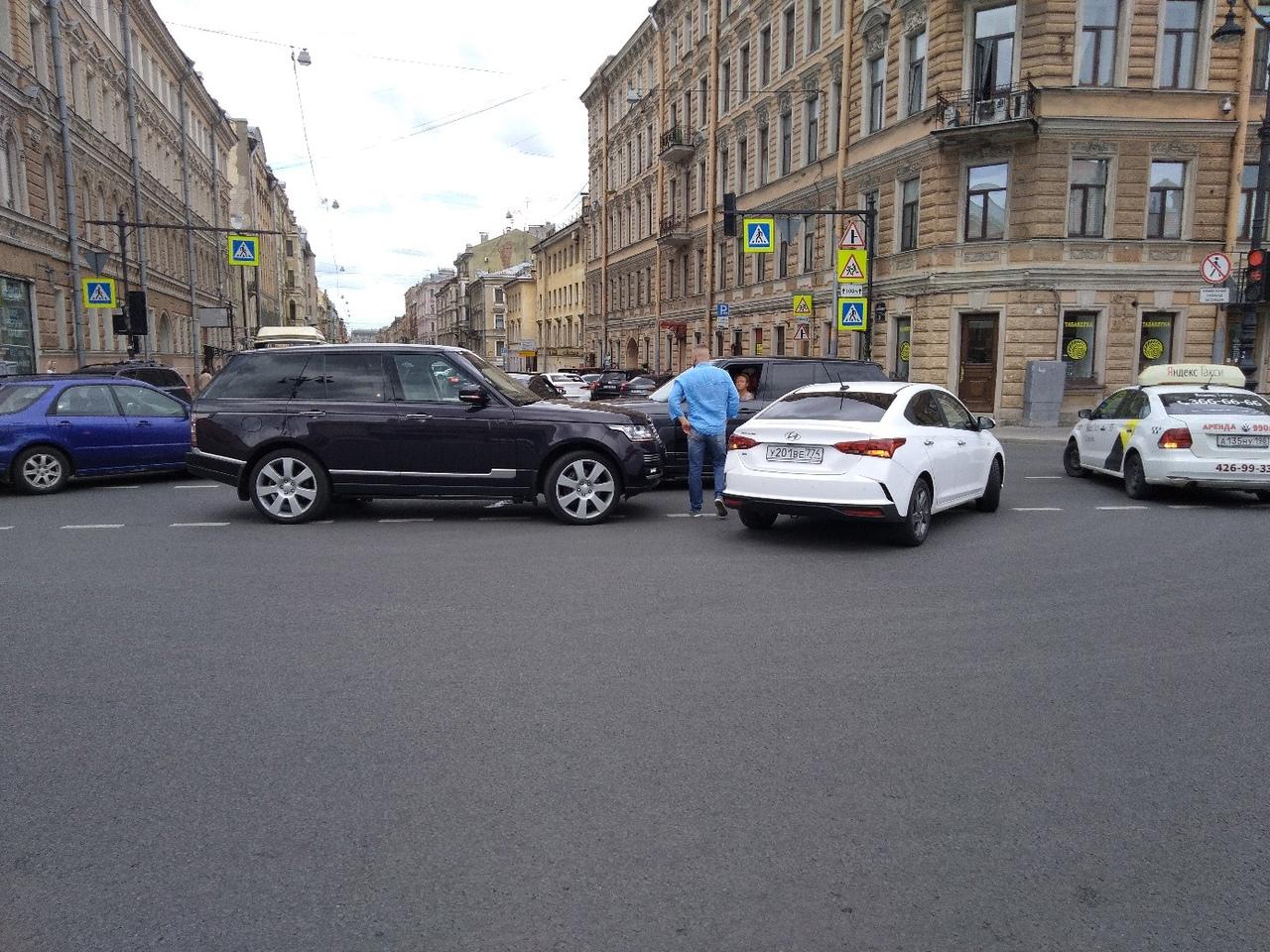 Троица столкнулась на перекрёстке Лиговского пр. и ул. Жуковского