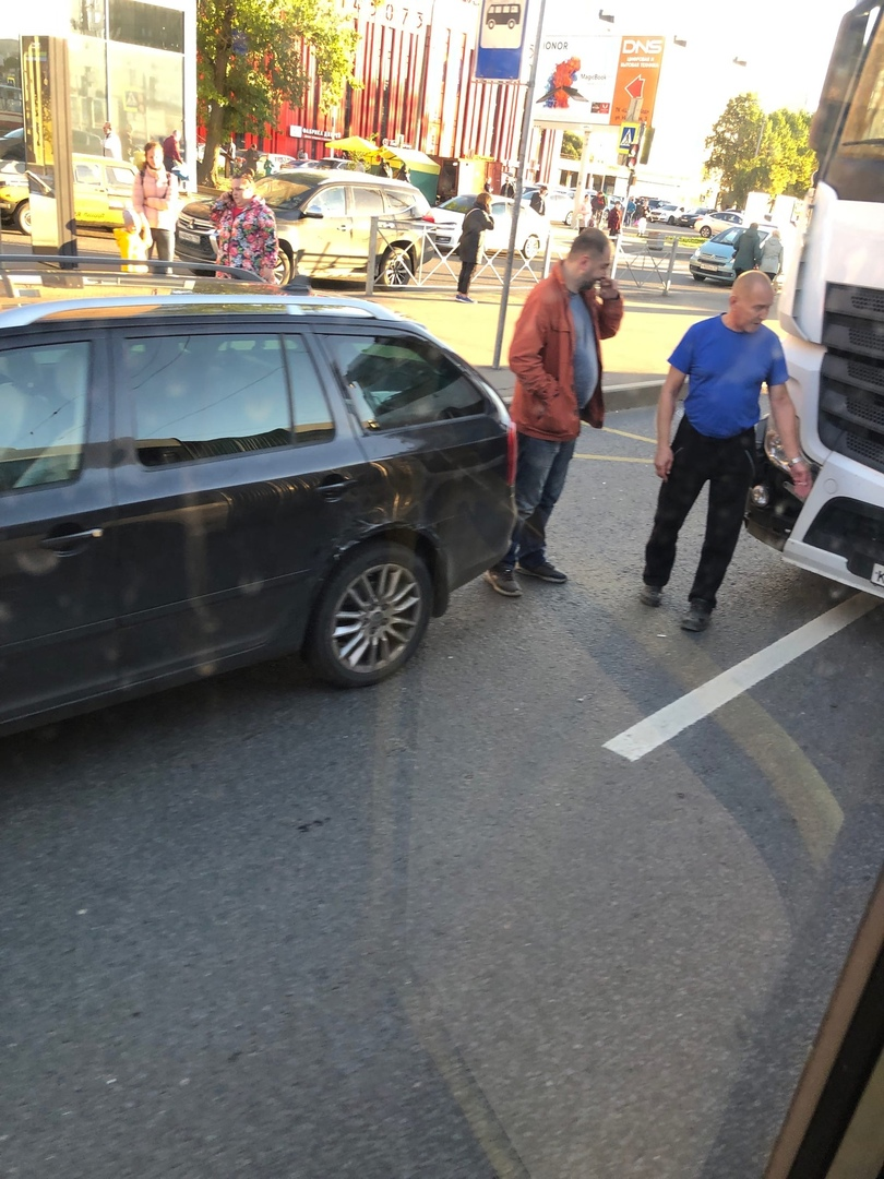 На Народной 9 из-за аварии между Шкодой и Фурой троллейбусам не проехать…