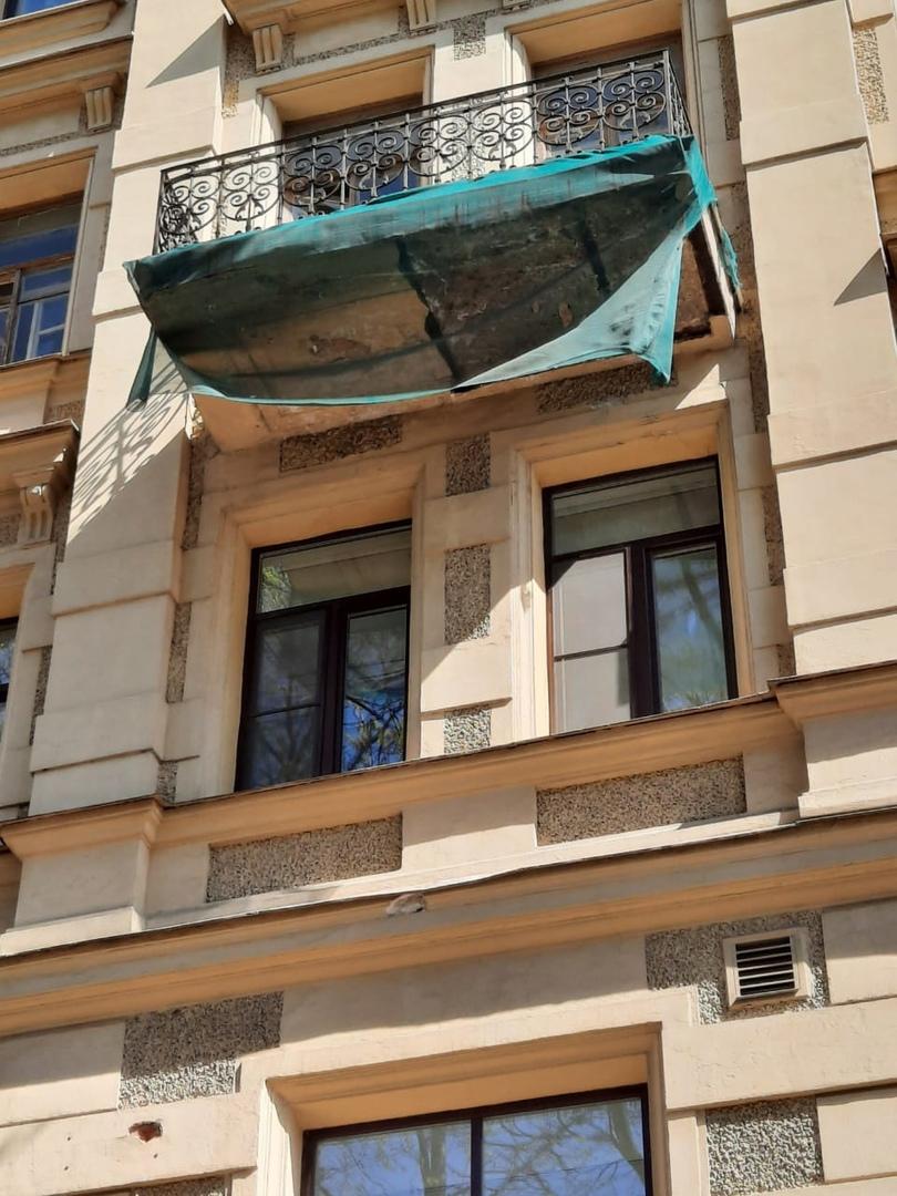 Сегодня на Смольном проспекте у дома №6 никого был камнепад. В администрации Центрального района «Ф...