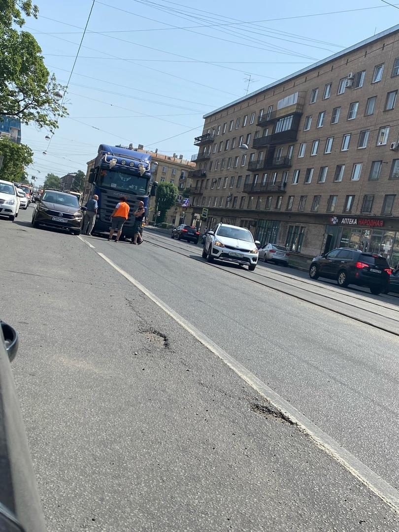 На Трефолева притерлись Фура и Volkswagen. Трамваи стоят.