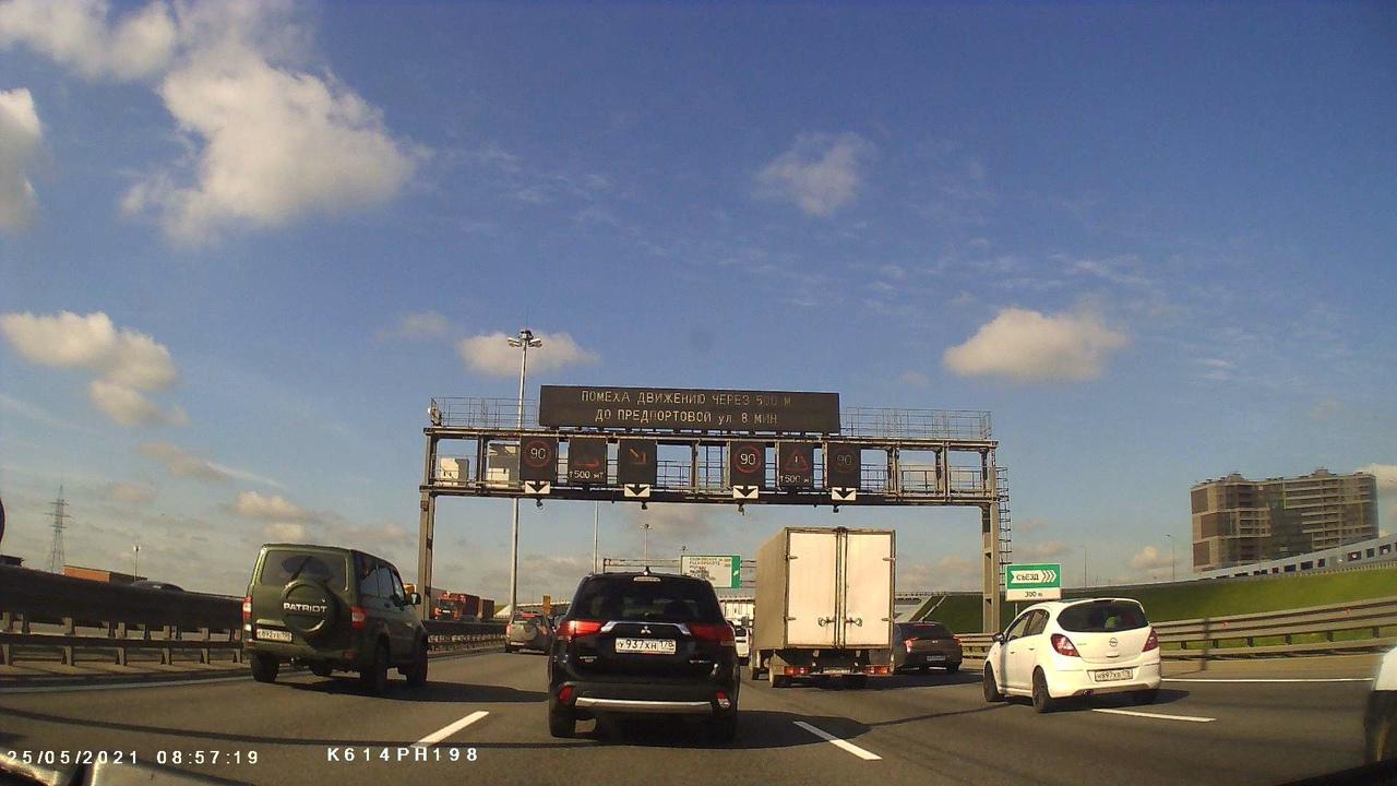 """На КАД от Софийской к Дачному после съезда на Московское шоссе в крайнем левом ряду Renault на """"аварийк..."""