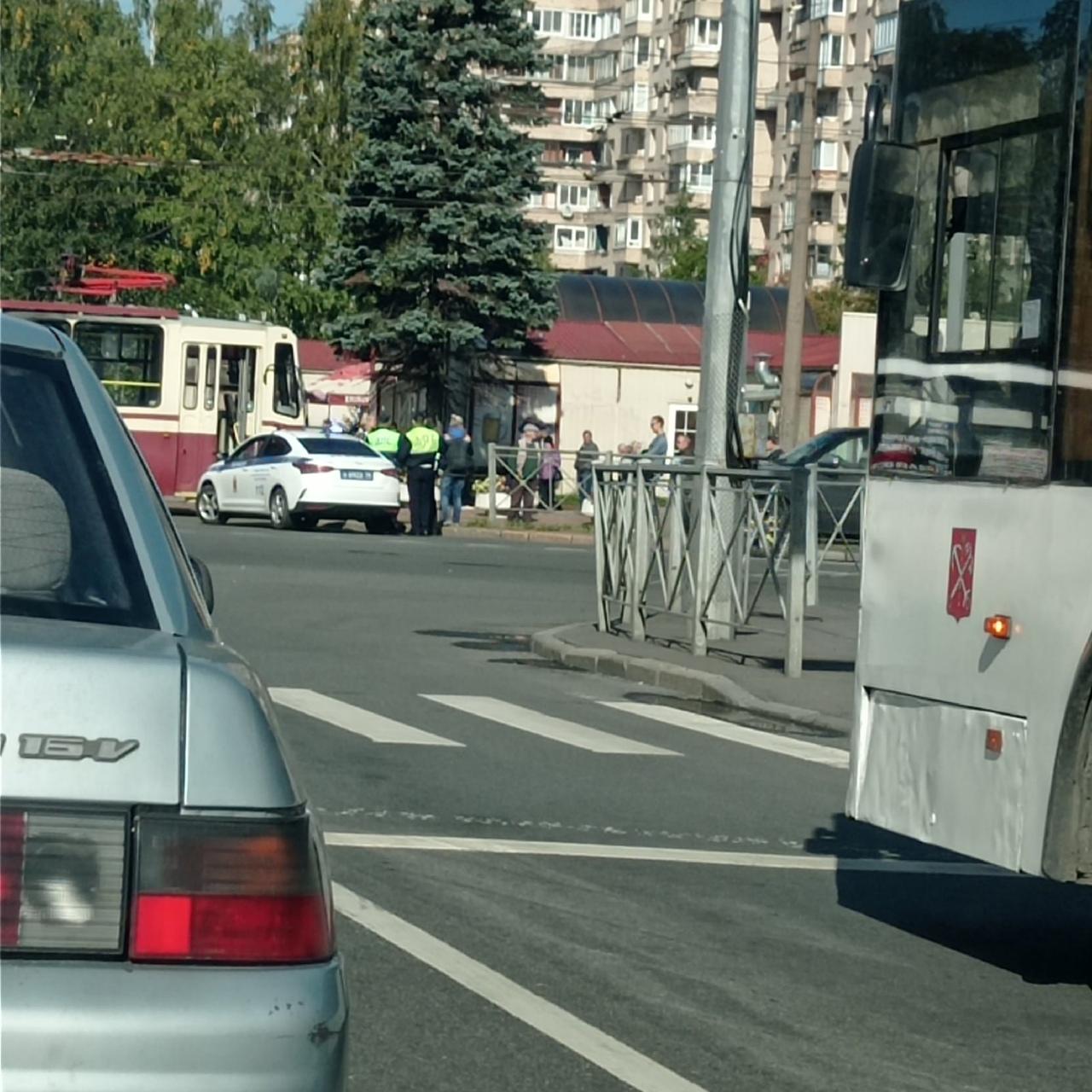 На перекрёстке проспекта Ветеранов и ул. Партизана Германа что-то пошло не так. Трамвай перегородил ...