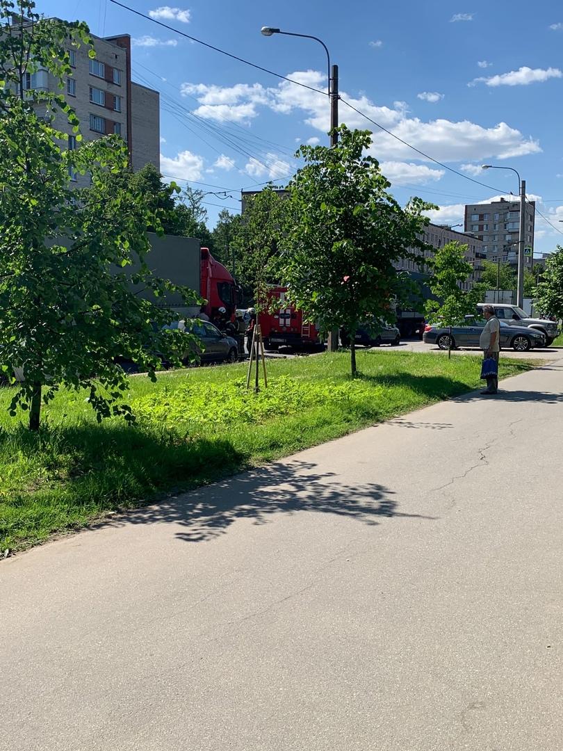 У фуры потек бак,пожарные перекрыли движение .троллейбусы стоят. объезжайте Проспект Металлистов