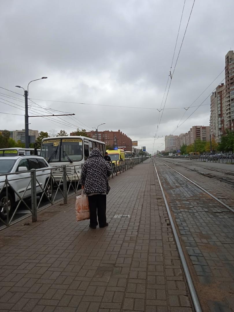 Прямо перед перекрёстком проспекта Просвещения и улицы Есенина авария между маршруткой номер 72 и бе...