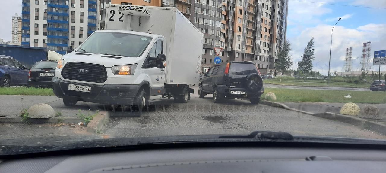 Фургон стоял на аварийке перекрыв выезд со двора на Кузнецова 12, затем решил заехать на тротуар вск...