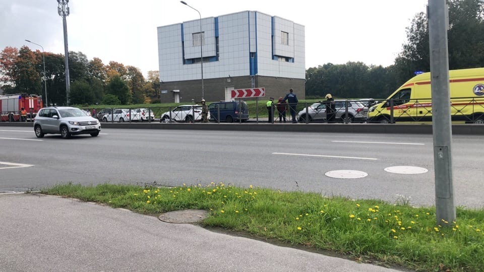 На Приморском проспекте в сторону центра столкнулись мотоциклист и Mercedes. Все службы на месте. П...