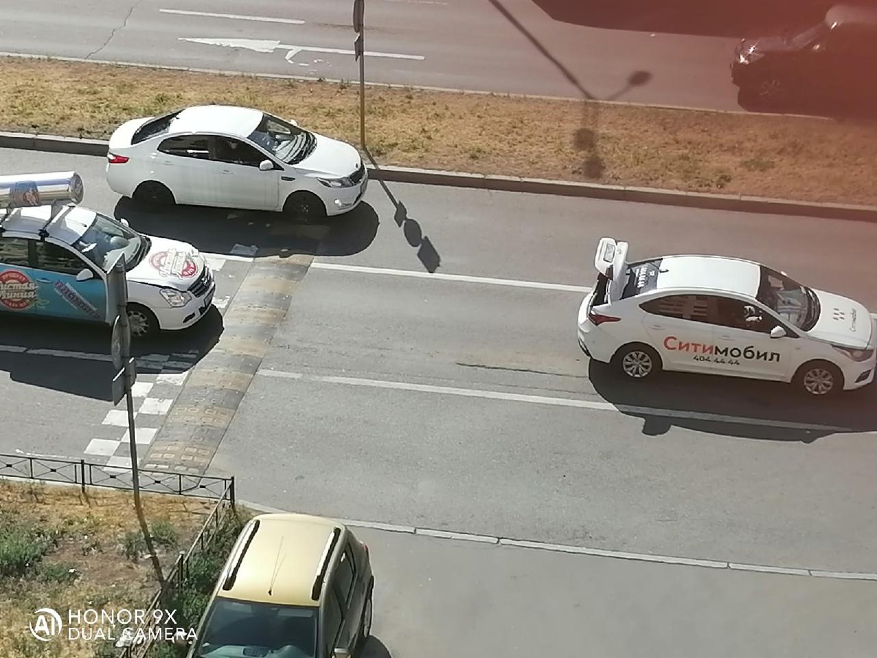 Мороженщик помог таксисту переехать быстрее лежащий полицейский на проспекте Кима