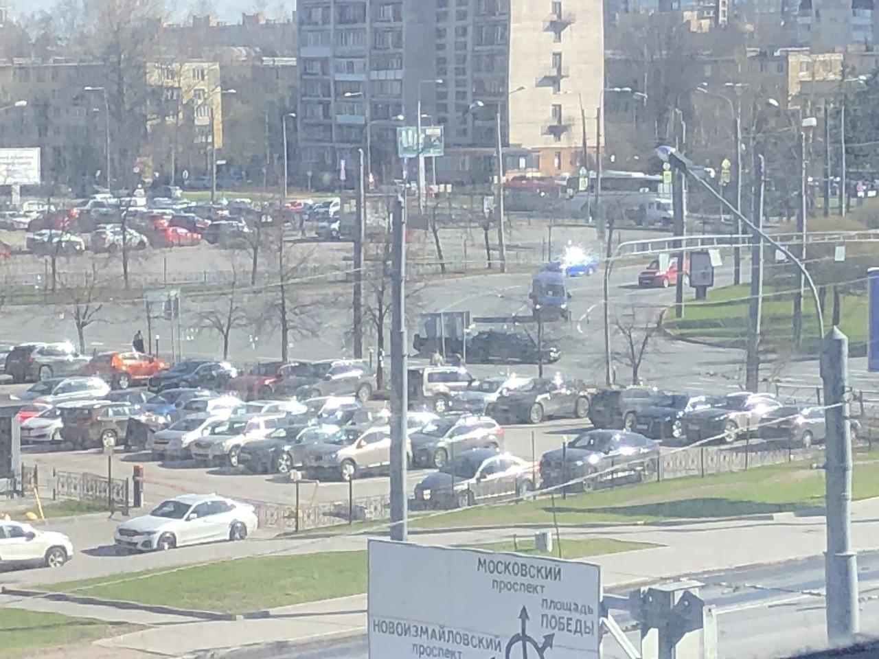Стремительно сокращающееся расстояние между двумя автомобилями на площади Конституции ушло в неконтр...