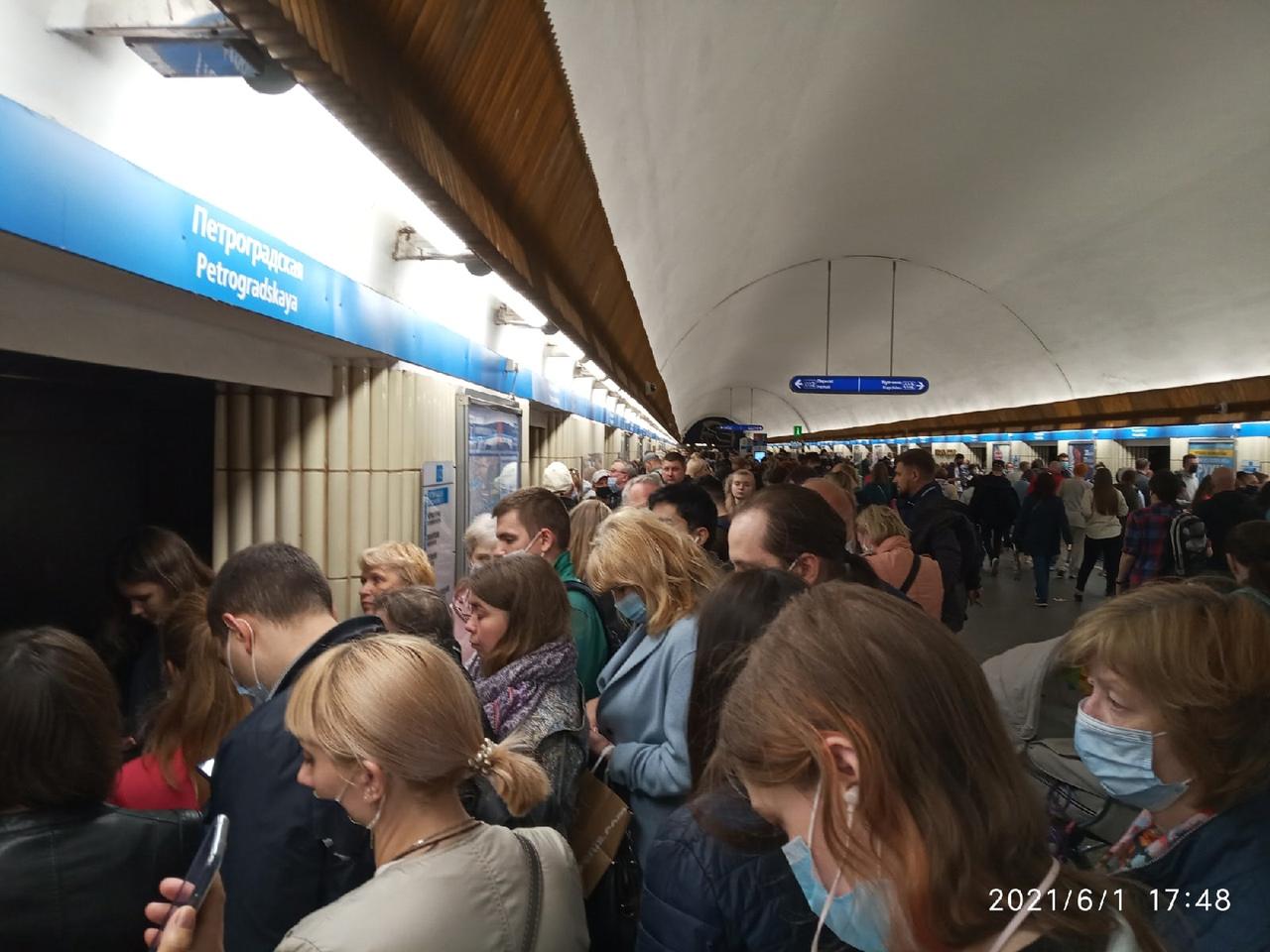 Что-то неладное на участке Петроградская -ПАРНАС, на Петроградке не войти в вагон... Через каждые дв...