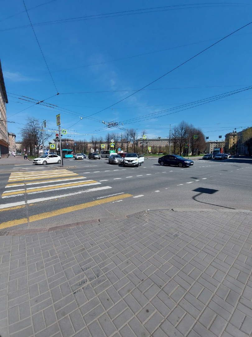 Два автолюбителя столкнулись на перекрестке пр. Стачек и ул. Зенитчиков. Небольшой затор в сторону м...