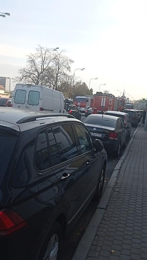 На Петроградской набережной 30.В помещении загорелся автомобиль. Эвакуация.