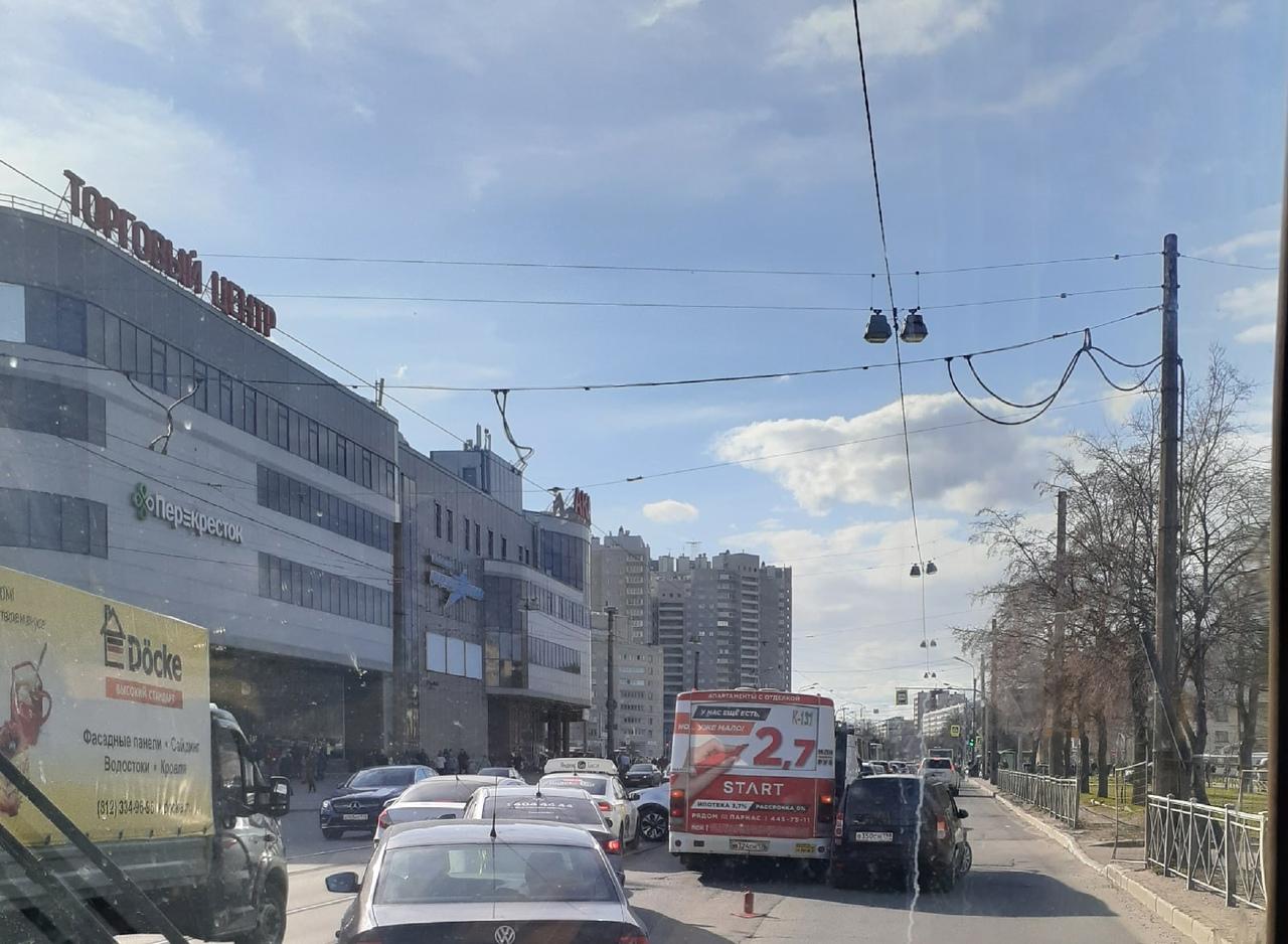 Ларгус с маршруткой устроили небольшое ДТП у Академки. Движение в сторону Веденеева затруднено.