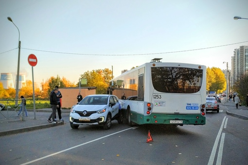 На Русановской улице автобус 8-го маршрута ненадолго очистил город от одной единицы каршеринга. Въез...