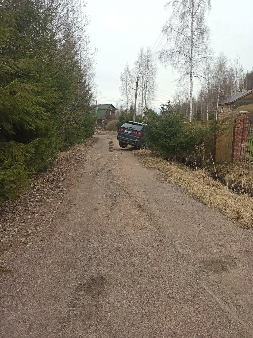 В поселке Лейпясуо были ночные покатушки на БМВ. На утро машина в канаве.