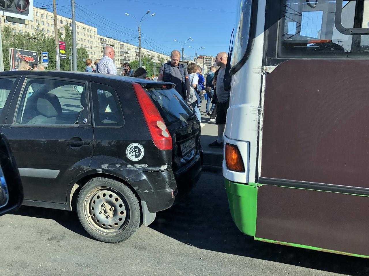 Пригородный автобус у метро «улица Дыбенко» придал задней двери и бамперу легковушки дополнительных ...