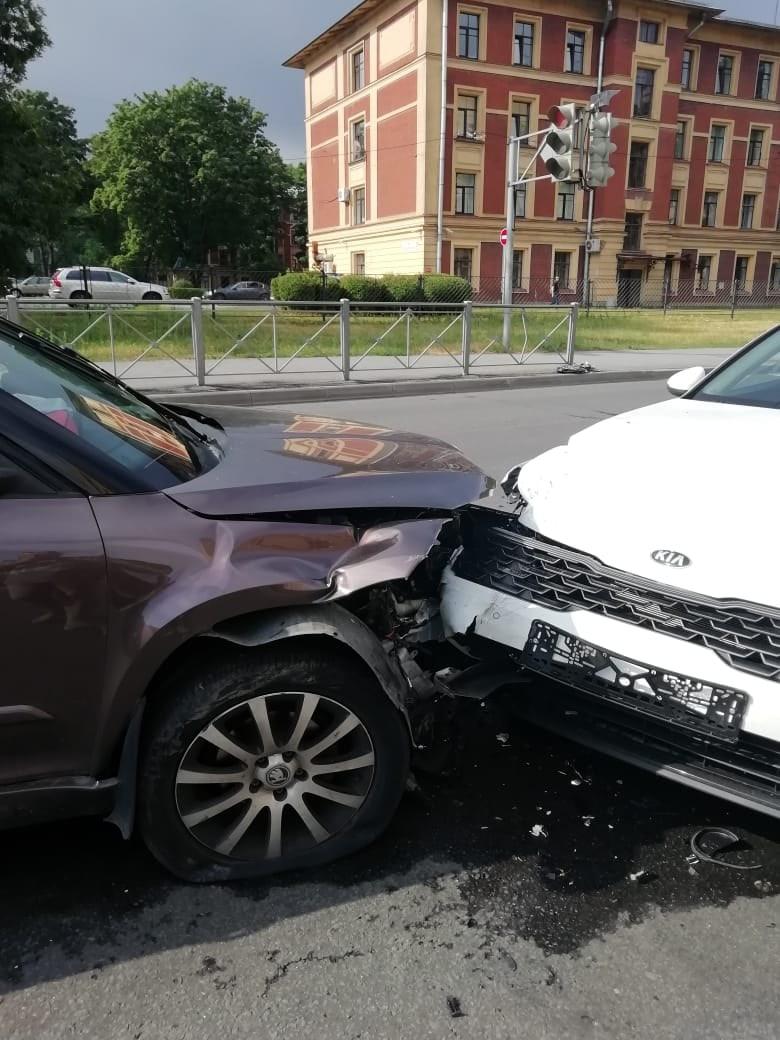 Вчера, 29 июля, на пересечении Гидротнхников и Обручевых в 8:15-20 произошло ДТП с участием Skoda и ...