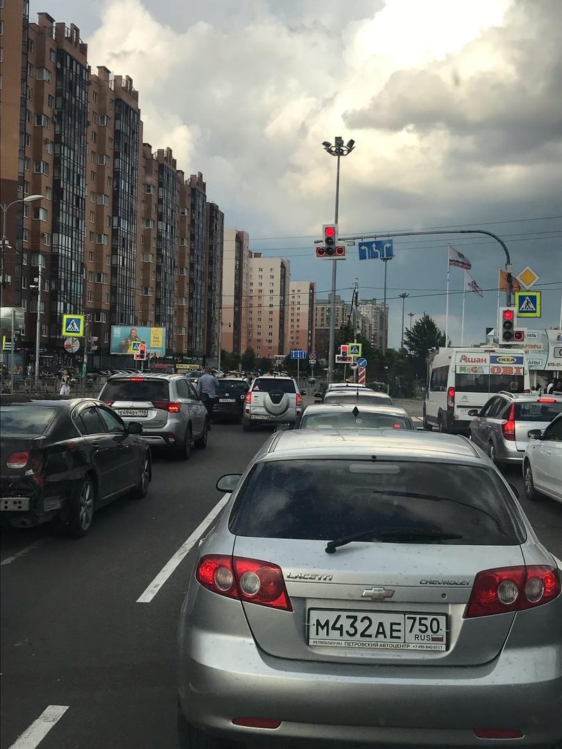 Двое притерлись на въезде в город Кудрово. Будет жарко.