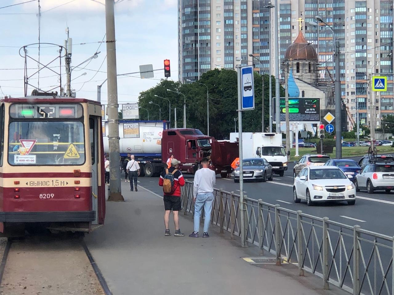 На Кронштадтской площади дорожное фиаско, фура устала и перекрыла проспект Стачек от автово, автобус...