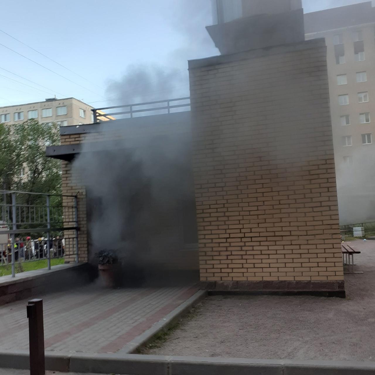 Пожар по адресу пр. Большевиков 11, корп.2. Утро 10 июня, 4.29. Горит подземный паркинг. Валит дым. ...